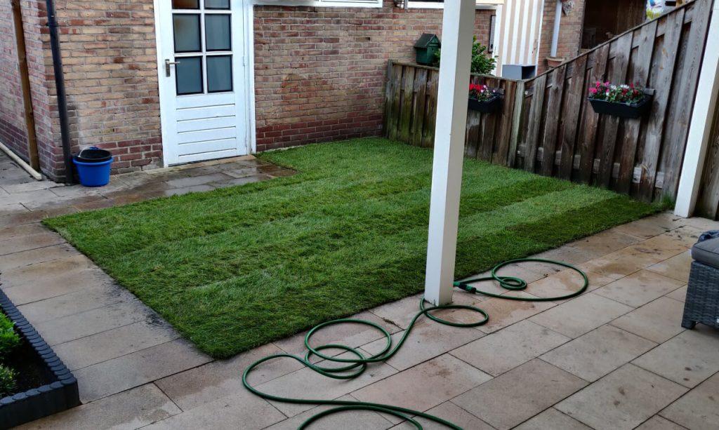 Een tuin met verse graszoden